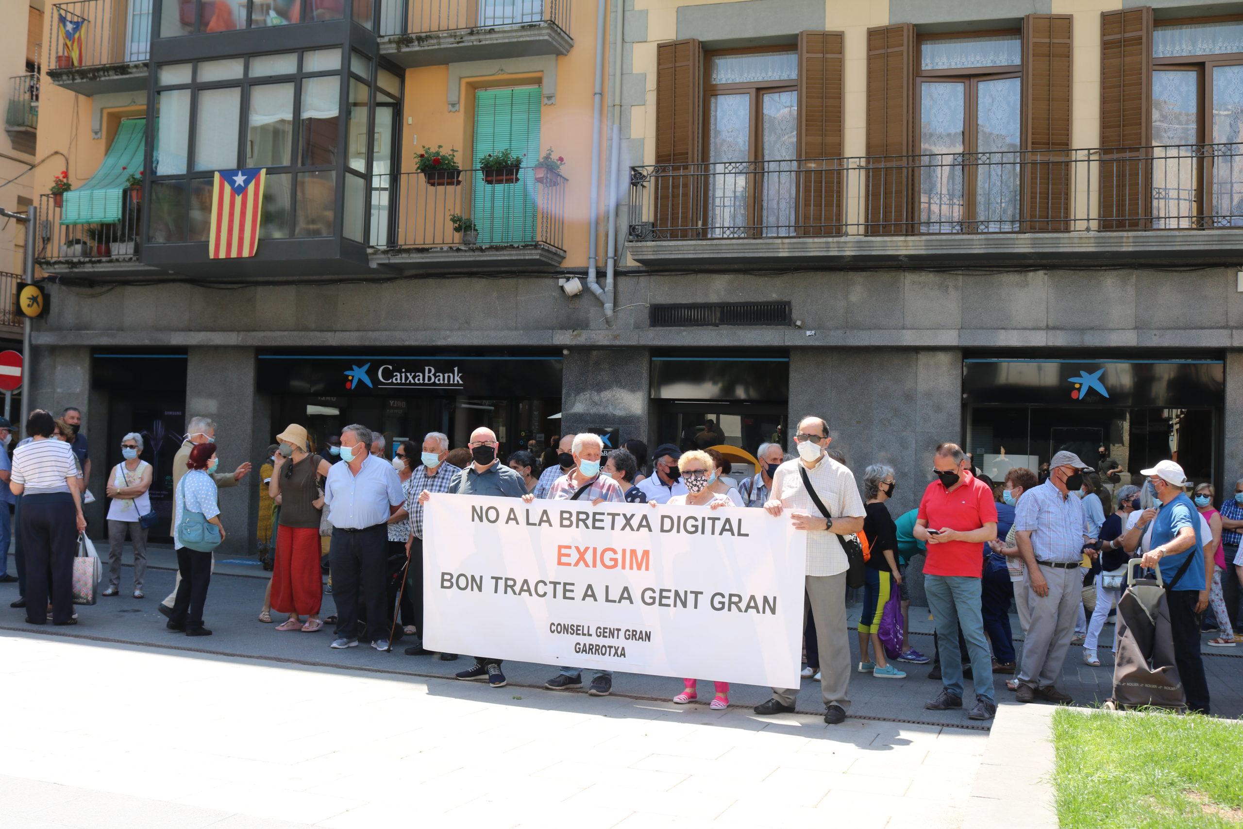 Un centenar de persones protesten a Olot contra l'escletxa digital de les entitats bancàries