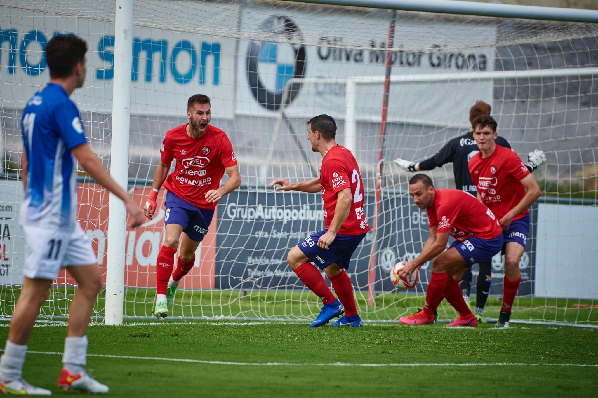 L'Olot guanya enmig de la bogeria del derbi contra el Figueres (4-3)